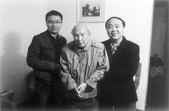 蒋全胜(右)和弟子郑惟桐(左)看望恩师刘剑青(中)
