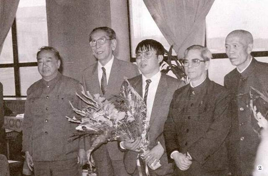 第二届擂台赛聂卫平凯旋,方毅、阿沛阿旺晋美、金明、李梦华等领导同志前往机场迎接。
