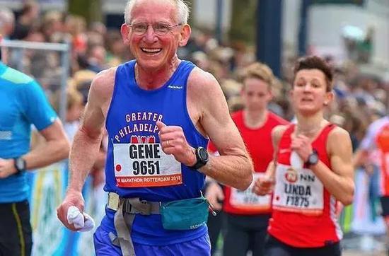 2018年跨过70岁年龄后,Gene Dykes已经不息第三次全程马拉松跑进3幼时。