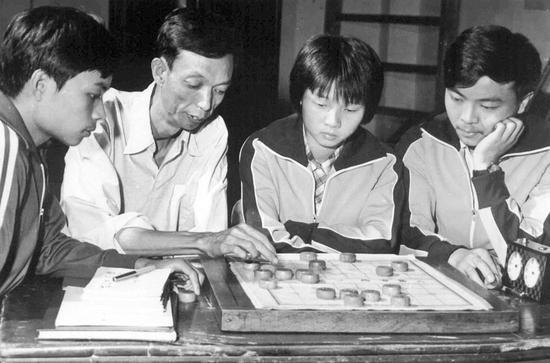 陈新全(左二)指导蒋全胜(右一)等学员训练