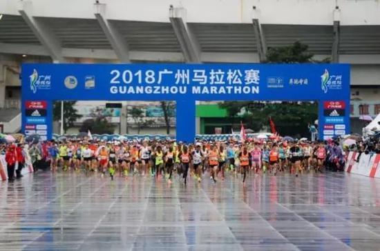 北京时间12月9日,2018广州马拉松在天河体育中心鸣枪开跑。