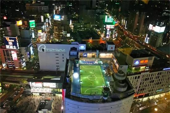 东京百货大楼上的五人制足球公园
