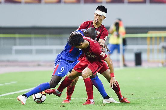 双方球员拼抢。 本文图片 视觉中国