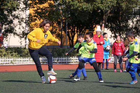 亚洲足球幼姐王霜和孩子们踢球