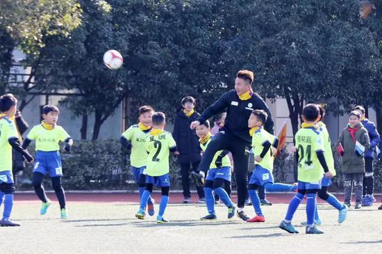 成基金理事长刘成和孩子们比赛