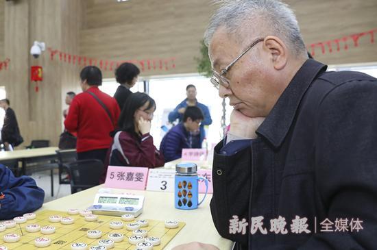 陈东伟下棋 新民晚报记者 李铭珅 摄