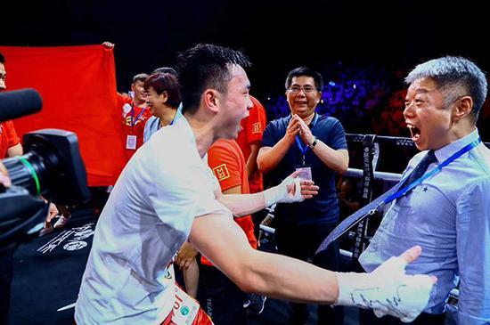 徐灿和团队庆祝胜利。