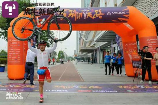 王永海举着亲喜欢的自走车