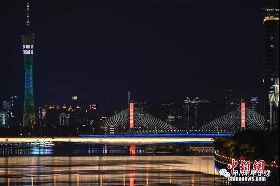 广州塔亮起为武汉加油的宣传标语。图:中国新闻网-中新社记者 陈骥旻 摄