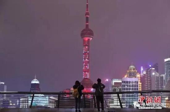 """上海东方明珠打出灯光字幕""""武汉加油""""""""中国加油""""。图:中国新闻网-张亨伟 摄"""