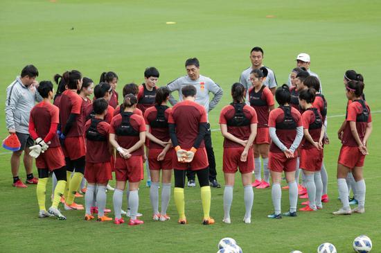 2月6日,中国女足主帅贾秀全(中)在训练中指导球员。新华社记者 白雪飞 摄