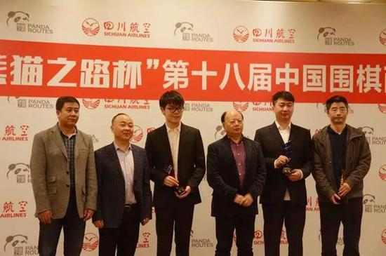 世界冠军柯洁九段(左三)共八次参赛,终于在上届比赛中夺冠