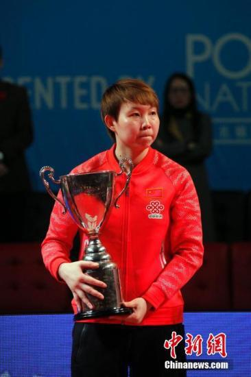 朱雨玲夺得2017年女乒世界杯冠军奖杯。中新社记者 余瑞冬 摄