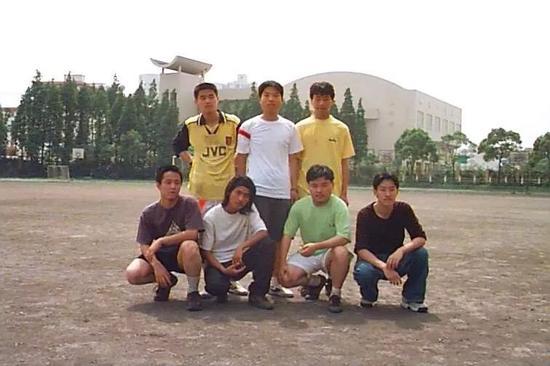 当年他们0-20输给于海所在球队,第一排中间穿白T恤的是韩寒