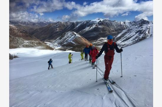 滑雪登山队员在训练中。