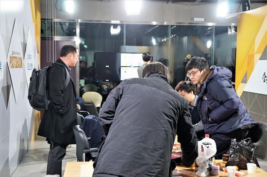 2016年韩联赛总决赛,浦项制铁队不敌tbroad队获亚军,赛后金成龙黯然离开赛场