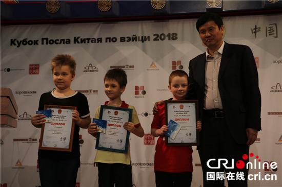 中国专业5段棋手赵余宏为9岁以下选手颁奖