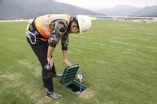 草地跑道360°全自动升降喷淋系统