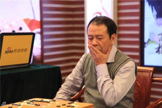 """周星增董事长在""""新浪杯""""围棋赛上的风采"""