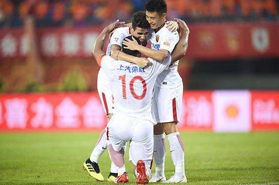 奥斯卡、胡尔克和武磊庆祝进球。