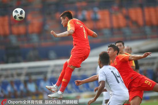 中国队本场进攻多点开花,尤其是发挥了头球和身体优势。