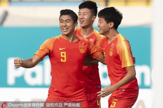 张玉宁(左)和队友庆祝进球。