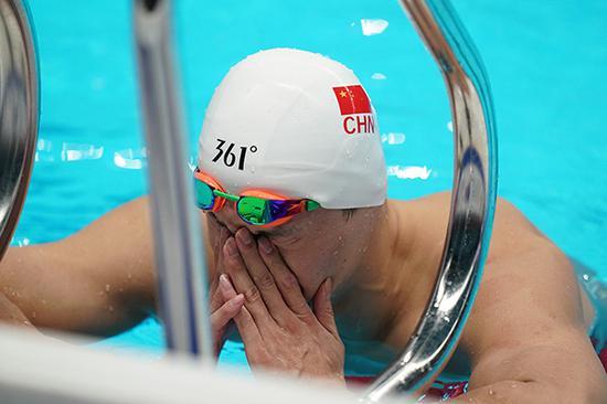 雅加达亚运会男子1500米自由泳决赛,孙杨在泳池边。