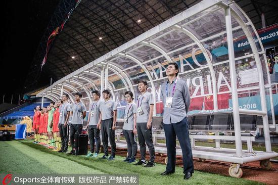 贾秀全和中国女足教练组。