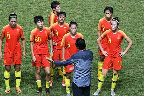 贾秀全在场边指导女足球员。