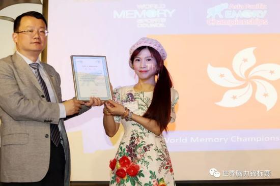 亚太记忆运动理事会主席 张陆武 先生(左),中国香港记忆运动理事会主席 张楚筠 女士(右)