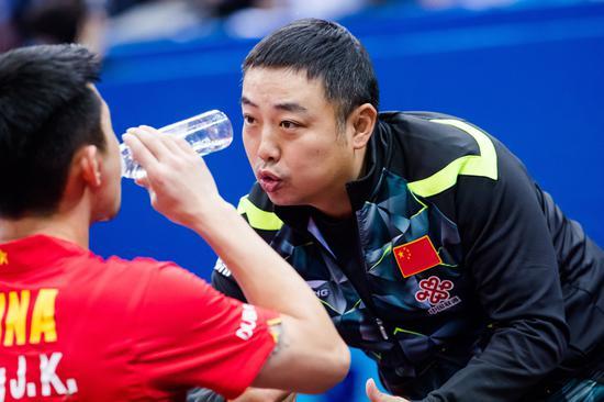 刘国梁在指导弟子。