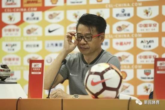 吴金贵在赛后发布会向球迷道歉 新民晚报记者 李铭珅 摄