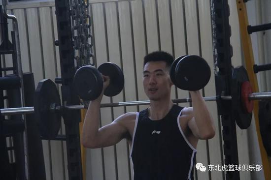 崔晋铭进行体能训练