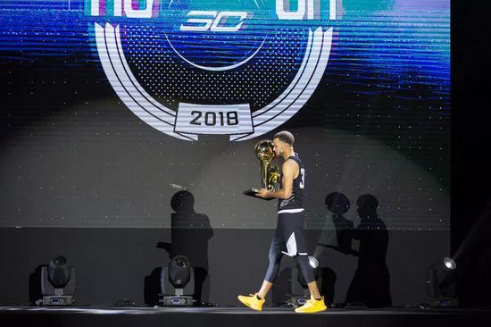 没抱一会儿,库里便将手中的奖杯递给了工作人员。因为……这奖杯实在太重了。