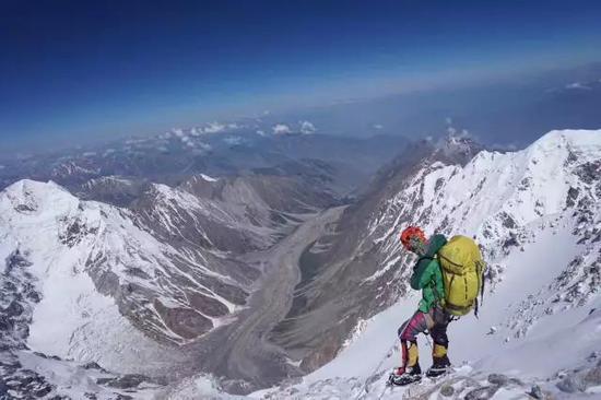 南迦帕尔巴特下撤途中,罗静在这次攀登中尝试本身组队,并担任攀登的统指挥。
