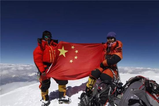 罗静登顶乔戈里峰(K2),是第一个登顶成功的华人。女性。