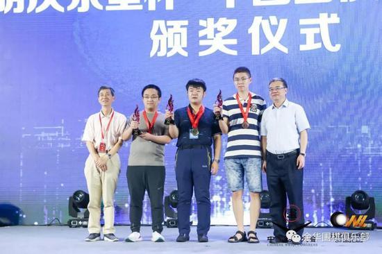 2018年夏,在中国围棋大会公开组,陶汉文(左二)获亚军。