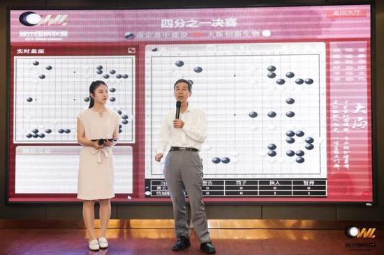 ▲王汝南和南京业余美女棋手吕雯琪搭档现场讲解
