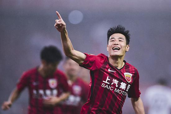上海上港Vs北京人和,武磊庆祝进球。