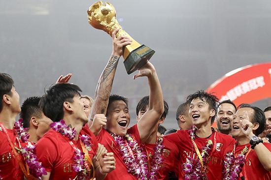 上港球员庆祝夺冠。