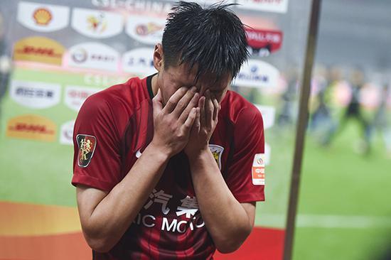 上海上港2-1北京人和 ,武磊赛后接受采访喜极而泣。