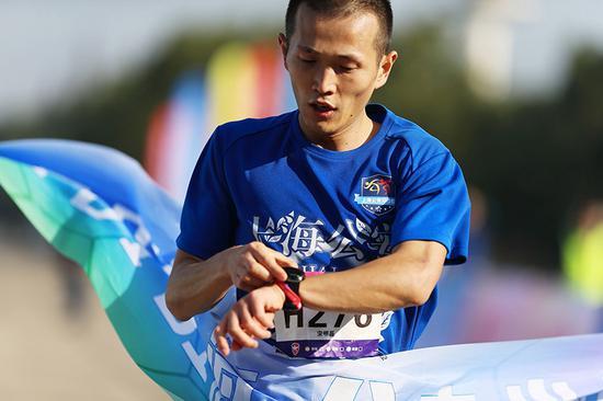 半马男子组冠军宋明磊。 刘欢/摄