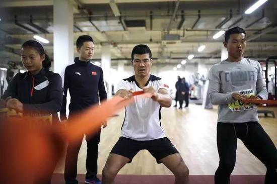 体能教练常喜(左二)陪陈盆滨实习