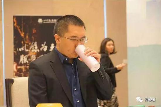 图中粉色保温杯为陈耀烨为孕妻扫货所买,觉得不错,本身用了(捂脸)