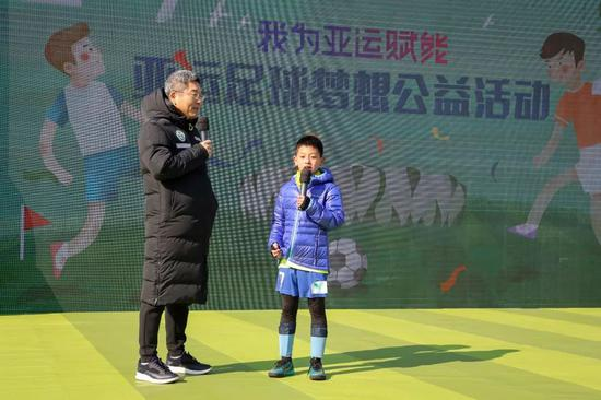 刘建宏先生和孩子一首解说足球挑衅赛