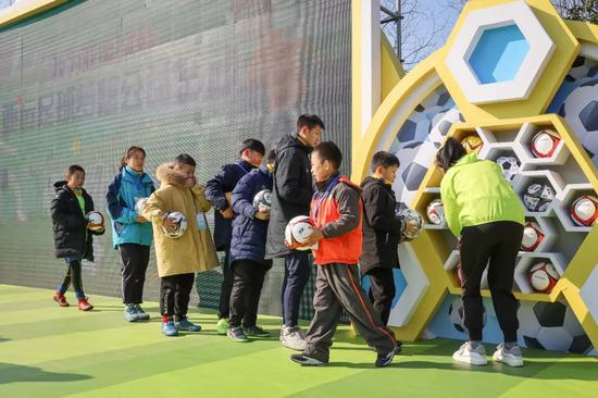 来自浙江11所足球特色私塾的孩子们怀揣着他们的足球梦想