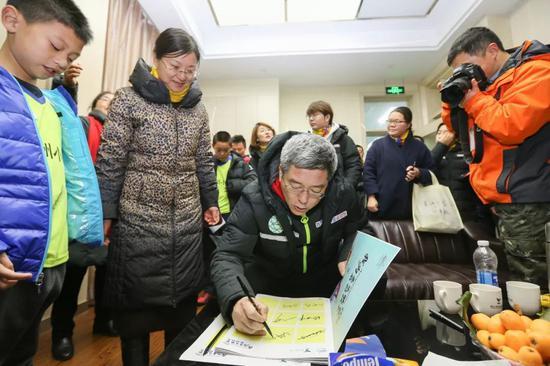 著名体育节现在主持人刘建宏为孩子们签名