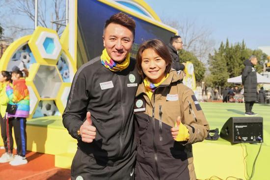 """成基金理事长刘成和亚洲足球幼姐王霜一路带上杭州亚运专为公好而设计的""""温暖彩"""""""