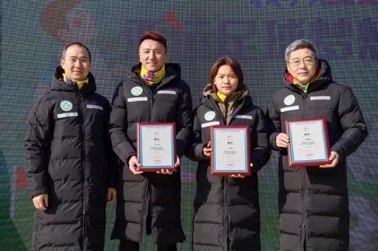 杭州亚组委副秘书长、浙江省体育局副局长吕林为三位杭州亚运公好圆梦大使颁发聘书