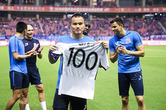 2018年8月15日,邱盛炯赛前获赠百场祝贺球衣。本文图片 视觉中国